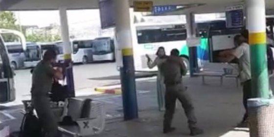 Así acribilla la policía israelí a una palestina que parecía llevar un 'bolso-bomba'