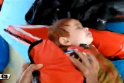 El rescate del desamparado bebé que flota inerte a la deriva