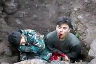 [Vídeo sin censura] Los 'moderados' rebeldes matan a dos soldados en un agujero y les echan tierra encima