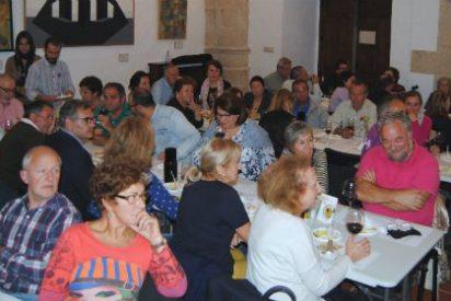 Cerca de 60 personas catan vinos y quesos extremeños en Valencia de Alcántara