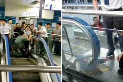 Las terribles escenas del niño que ha muerto atrapado en la escalera mecánica ante su horrorizada madre