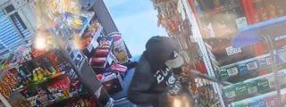Intentan robar una tienda con un rifle de juguete y los corren a escobazos