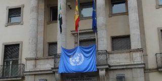 La Delegación del Gobierno en Extremadura coloca en su fachada una bandera de las Naciones Unidas