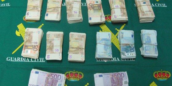 Aprehenden 120.000 euros ocultos en un coche en la A-5