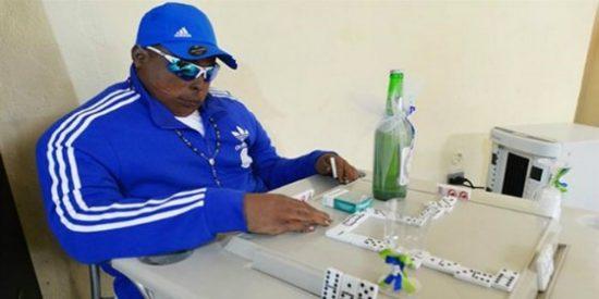 El muerto que juega al dominó en un bar por capricho de su rara familia