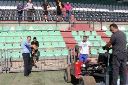 El domingo finalizará la colocación del nuevo césped en el Estadio Romano de Mérida