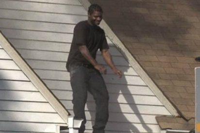 [Vídeo] Incendia la casa de su exnovia y se pone bailar en el tejado