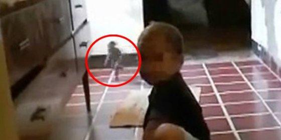 El duende que ha capturado en vídeo una aterrada madre grabando a su hijo