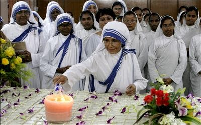 La orden de la Madre Teresa veta las adopciones a solteros