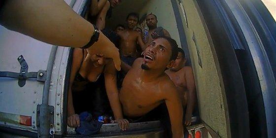 El dramático rescate de 39 inmigrantes que se asfixiaban en un camión para ganado