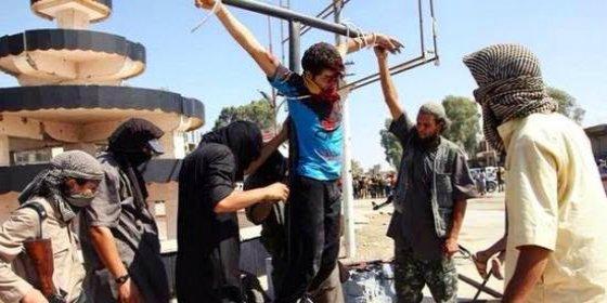 El Daesh le corta los dedos a un niño cristiano y lo crucifica ante su padre
