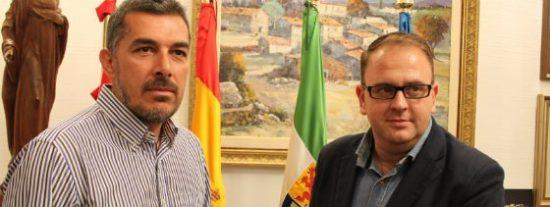 El alcalde de Mérida entrega el escudo de oro de la ciudad a la nadadora Paloma Marrero