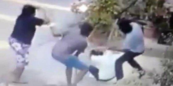 [Vídeo] El novio y un amigo le dan de machetazos ante su aterrada madre