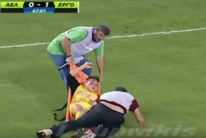 Los camilleros patosos que dejan la imagen del fútbol griego por los suelos