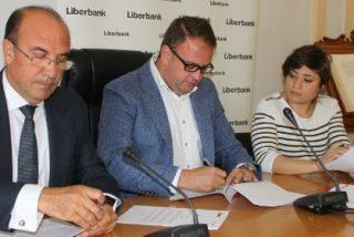 Firmado un convenio para la renovación del césped del Estadio Municipal de Mérida