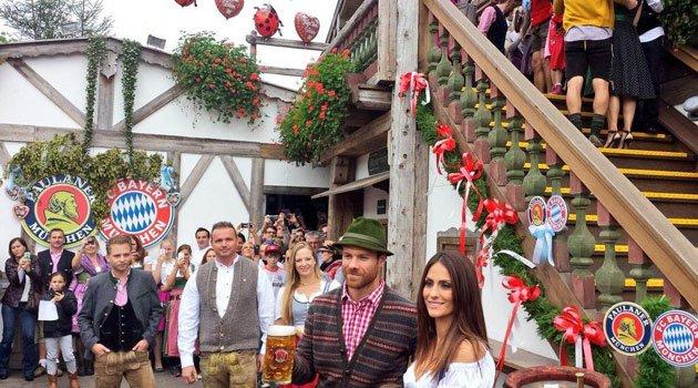 Xabi Alonso, Thiago y Guardiola presumen de sus mujeres en la Oktoberfest