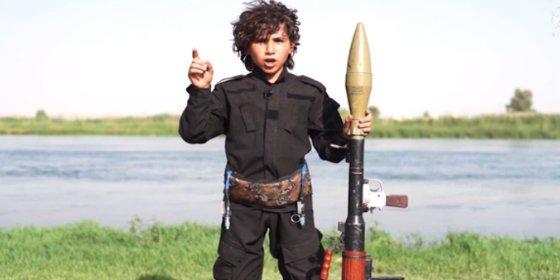 """[Vídeo] El feroz niño del Daesh a Obama: """"Despierta antes de que las espadas corten tu inmundo cuello"""""""