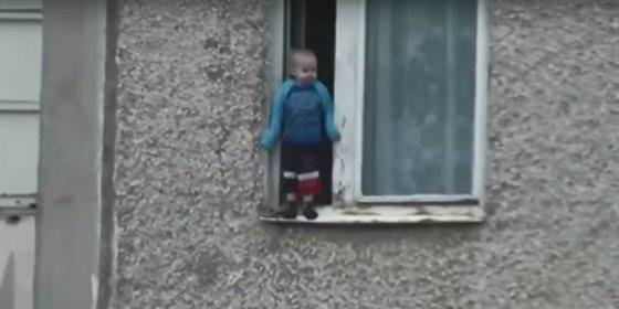 El vídeo del niño que juega en la cornisa de un octavo piso pone los pelos de punta