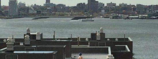 [Vídeo] La mujer desnuda de pelo azul que descubren unos oficinistas en el tejado