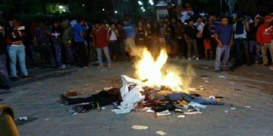 Así queman vivos a dos encuestadores ¡por creer que eran secuestradores!