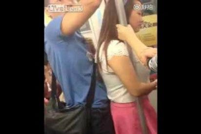 [Vídeo] El chino 'enrabanado' que se pega a un culo en el metro sin cortarse un pelo