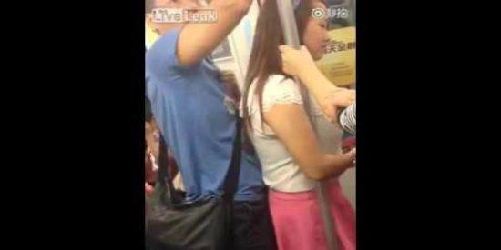 El chino 'enrabanado' que se pega a un culo en el metro sin cortarse un pelo