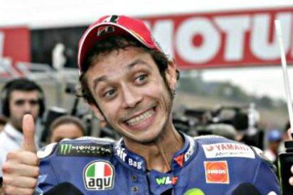 Un Valentino Rossi 'enloquecido' tira de una patada a Marc Márquez en plena carrera de Sepang