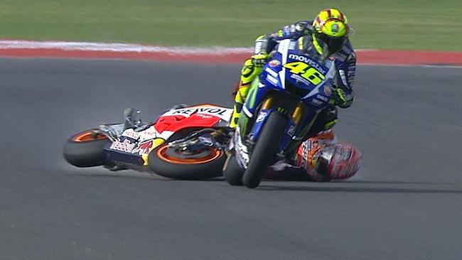 Así fue el tenso encuentro entre Rossi y Márquez tras su incidente en carrera