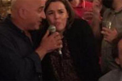 Sáenz de Santamaría cambia ahora el baile por la canción: entona el 'Como una ola' de Rocío Jurado en un conocido local madrileño