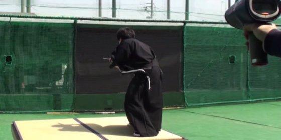 De esta forma corta un samurái una pelota de béisbol en dos a 160 km/h