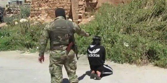 [Vídeo sin censura] Al joven con chándal le pegan dos tiros en la cabeza 'con silenciador' por fumar en público