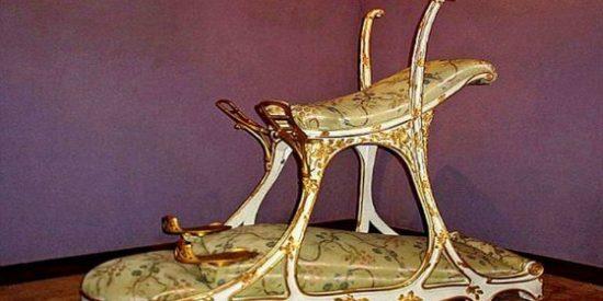 La silla sexual del pícaro rey para 'ventilarse' a dos putas a la vez en el burdel
