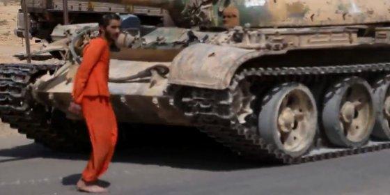 Así ejecutan las alimañas del Daesh al 'saltarín': ¡aplastándole con un tanque!