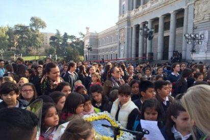 Los madrileños entregan a La Almudena alimentos para los más desfavorecidos