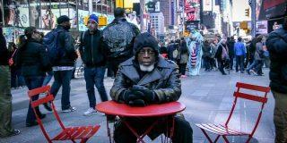 Así alucina este tipo en la calle tras haberse pasado 44 años entre rejas