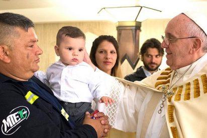 Papa Francisco bautiza a hijo de dirigente cartonero argentino