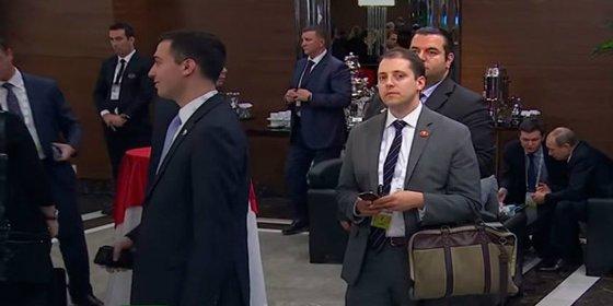 [Vídeo] El misterioso y amanerado tipo con bolso que espía a Putin y Obama durante el G20