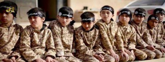 El Daesh asesina a 12 'niños verdugos' por huir del campo de entrenamiento