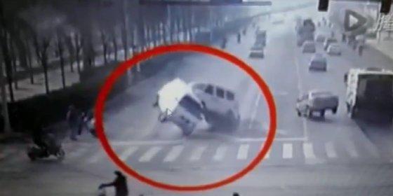El asombroso vídeo de los coches que empiezan a 'levitar' inexplicablemente en un cruce