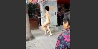 Sale desnuda y con peluca a la calle enseñando el 'bisoñé'... por un calvorota