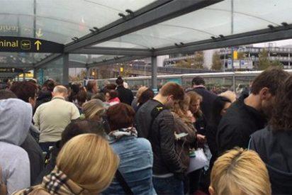 Desalojan el aeropuerto de Gatwick tras detener a un hombre con un arma