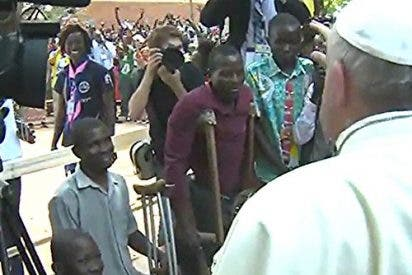 """El Papa en un campo de refugiados de Bangui: """"Porque todos somos hermanos, necesitamos la paz"""""""