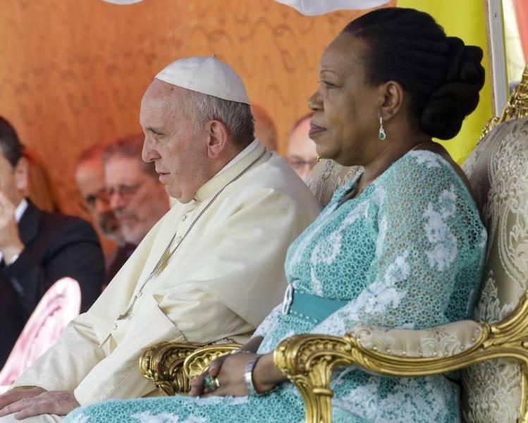 """La presidenta centroafricana pide """"perdón"""" ante el papa por violencia en su país"""