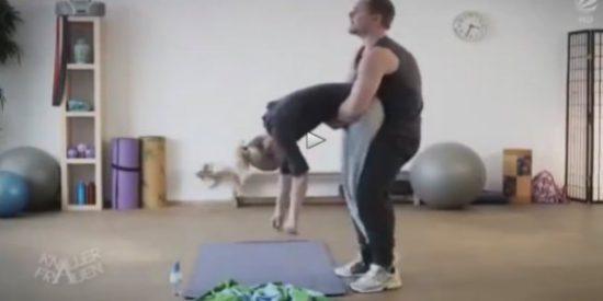 La rubia que va de pava se 'empalma' con el abusón profesor de yoga