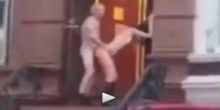 La pareja con botas que echa un polvo en el portal de su casa al estilo perro tullido