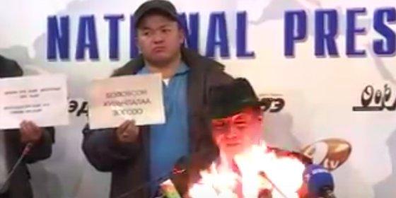 """El líder sindical se quema vivo en TV: """"Por mis hijos y por Mongolia"""""""