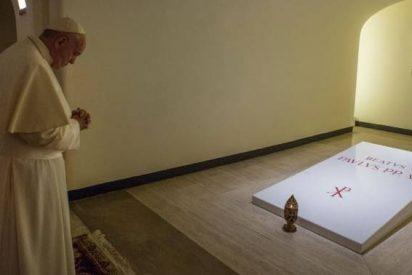 Francisco rezó en las Grutas Vaticanas