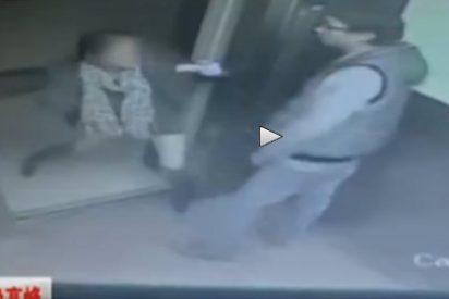 [Vídeo] Se la menea en un ascensor junto a una casada... ¡y el coletas del marido le parte la cara!