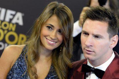 Messi presume de su exhuberante mujer en Port Aventura