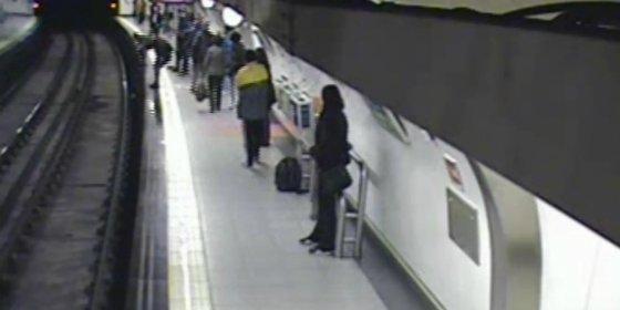 Un policía nacional fuera de servicio rescata a un hombre inconsciente que cayó a las vías del metro de Madrid